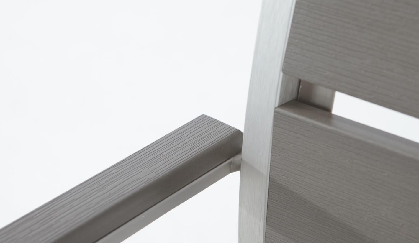 Silla de madera con apoyabrazos el blog de muebles de for Muebles de jardin de madera